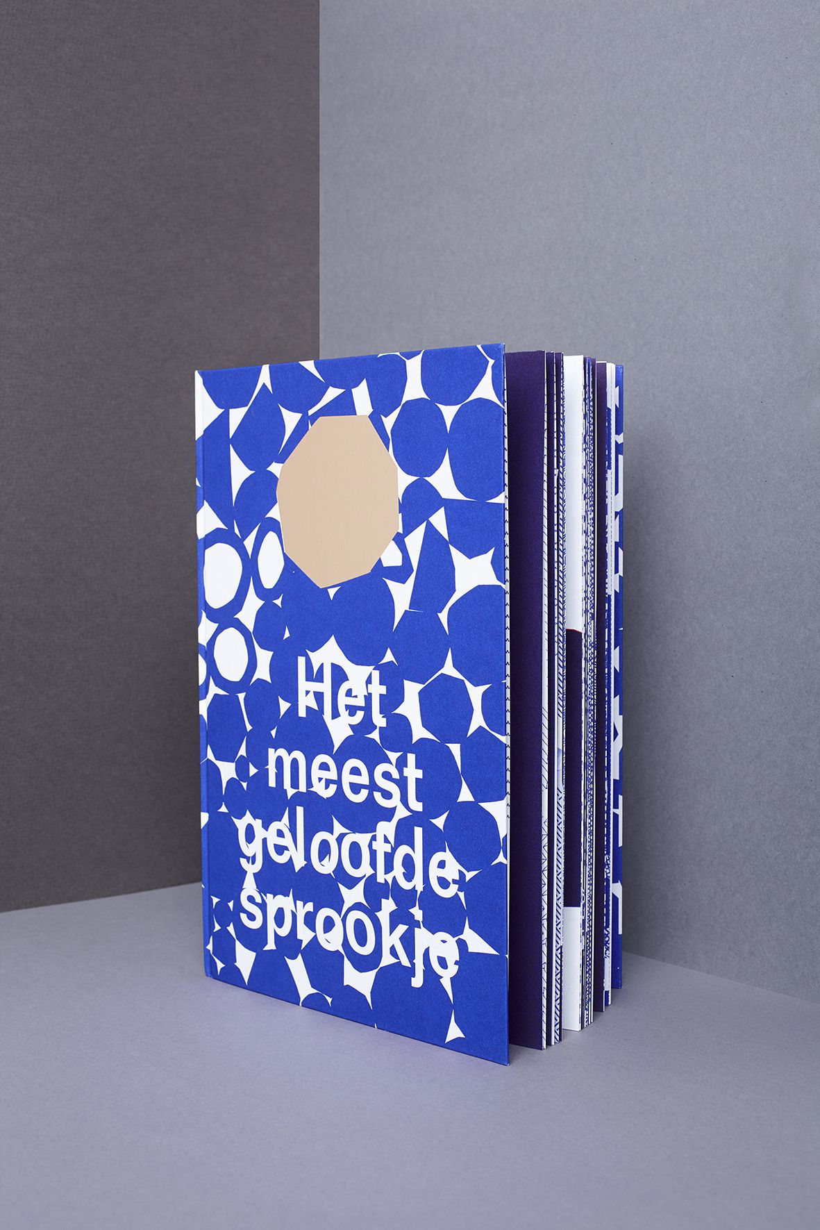 best verzorgde boeken schönste bucher aus der welt stedelijk museum het meest geloofde sprookje, graphic design studio de vormforensen by annelou van Griensven Anne-Marie Geurink and Lyanne Tonk Bookdesign Arnhem graphic anthropology fotografie: Michiel Spijkers